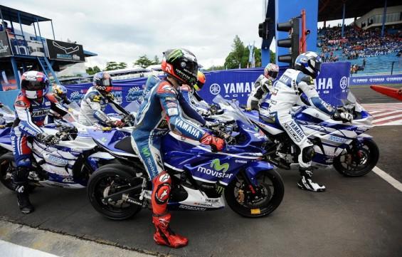 Jorge Lorenzo dan pebalap Yamaha Asean Cup Race naik R25 di Yamaha Asean Cup Race 2014 di Sentul International Circuit